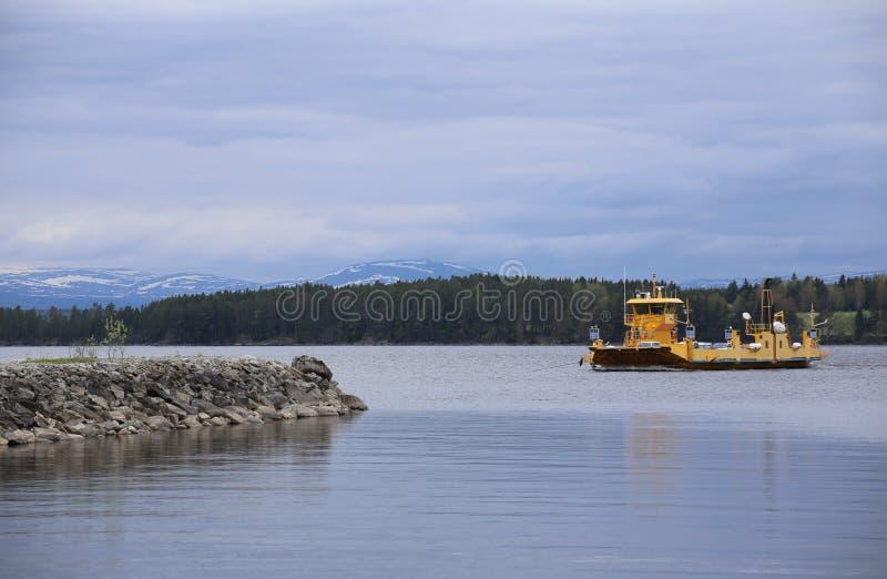 Взгляд над шведским озером Storsjoen с паромом стоковое изображение rf