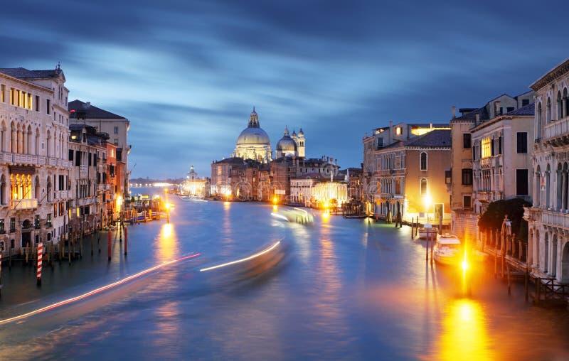Взгляд на della грандиозного канала и Santa Maria салютует церков от Acc стоковые фотографии rf