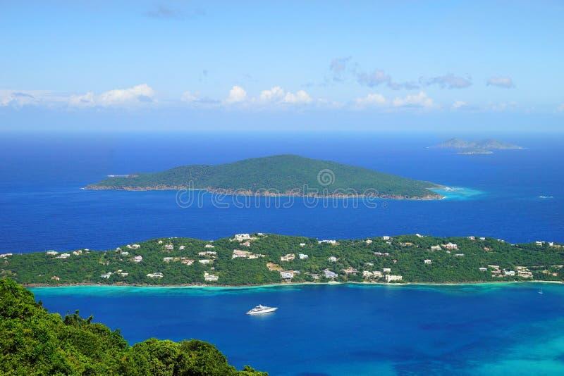 Взгляд над Hans Lollik USVI острова немного и GreatTobago BVI от ST Пункт перспективы Томаса стоковое изображение rf
