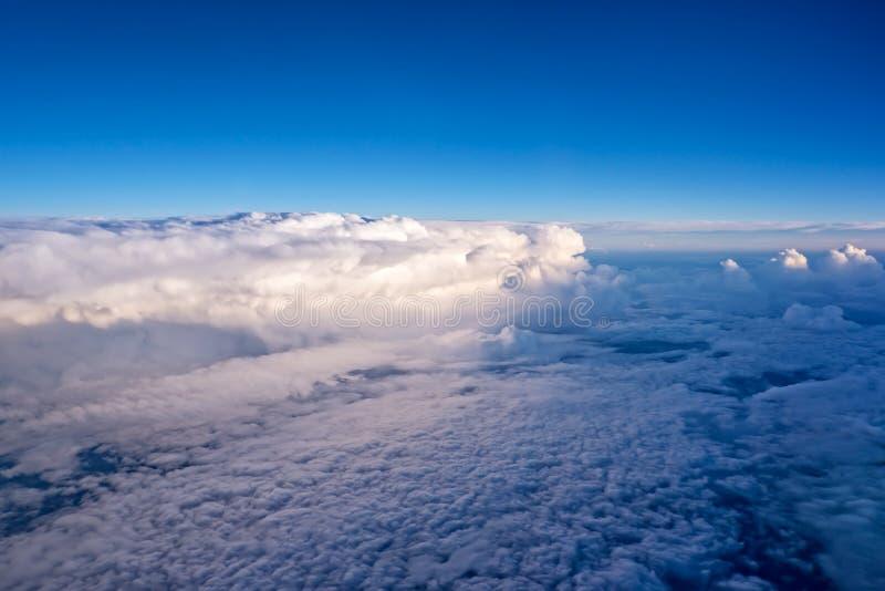 Взгляд неба и облаков от самолета стоковое фото