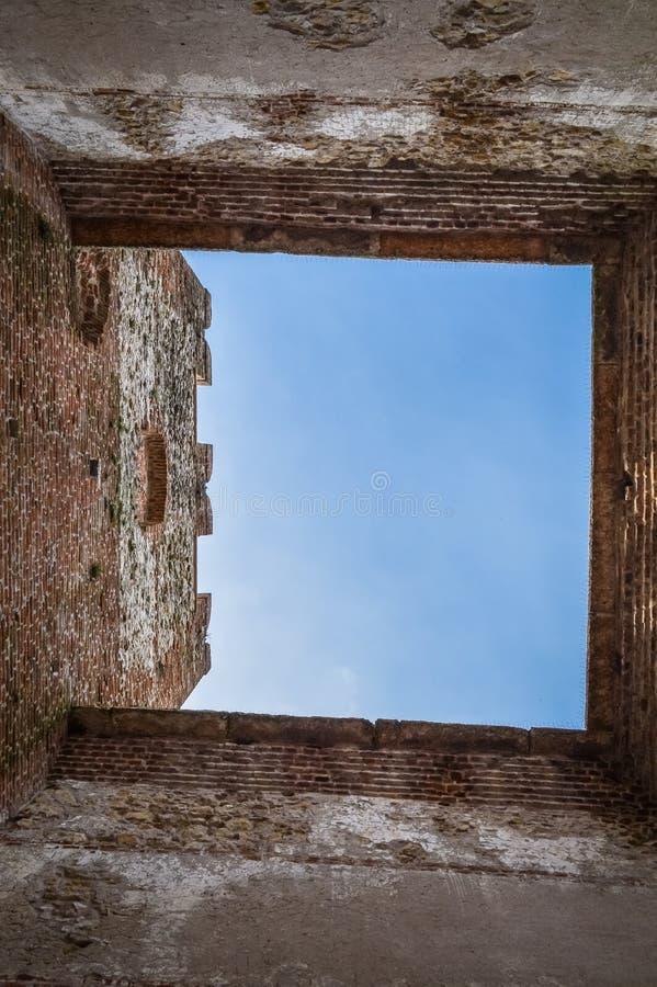 Взгляд неба от башни Crenellated старой итальянки огородил город Soave в области Вероны стоковые фотографии rf