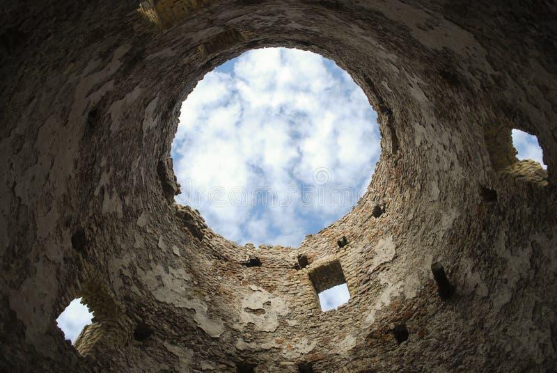 Фото небо сквозь руины