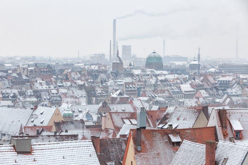 Взгляд немецкого города Нюрнберга над крышами с снегом d стоковая фотография