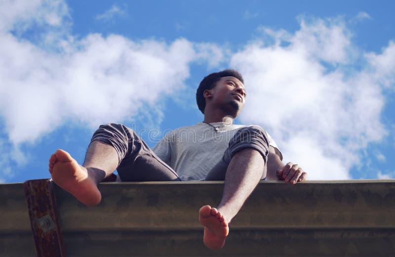 Взгляд низкого угла летних каникулов молодого африканского человека босоногий стоковое фото rf