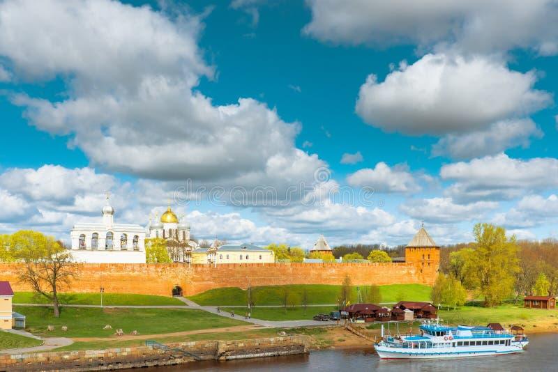 Download Взгляд Новгорода Кремля стоковое изображение. изображение насчитывающей трава - 40581273