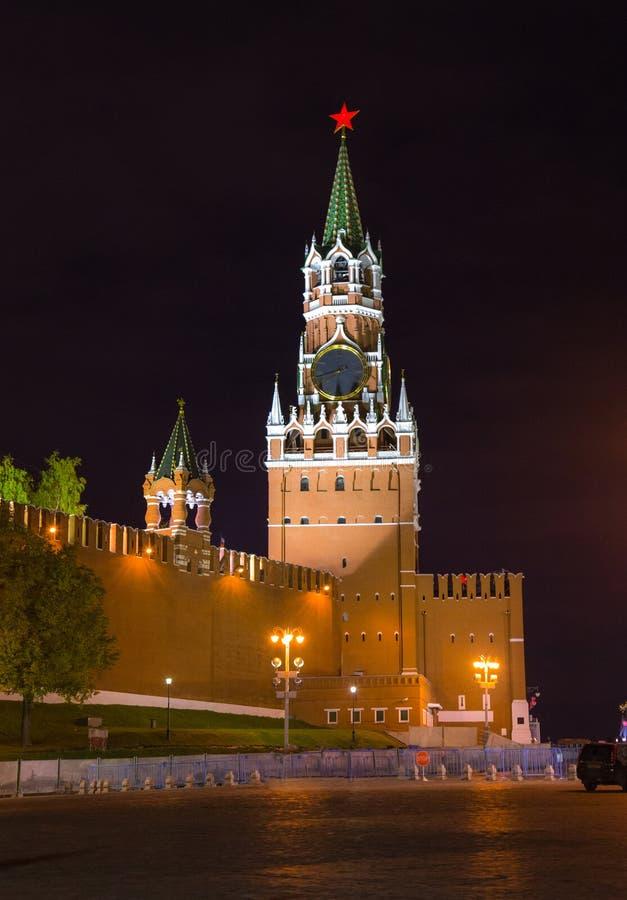 Взгляд ночи башни Spasskaya - Москвы Кремля стоковые изображения rf