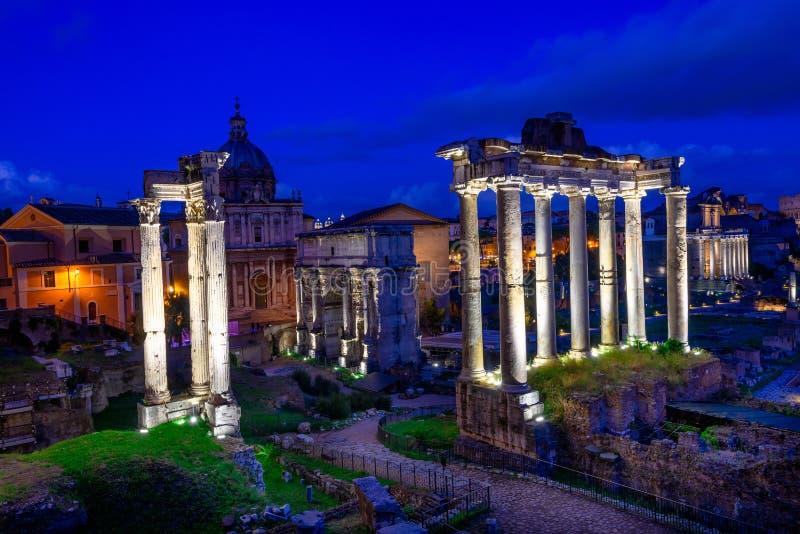 Взгляд ночи виска Сатурна и форума Romanum в Риме стоковое фото