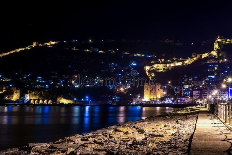 Взгляд ночи гавани, крепости и старой верфи в Alanya, Турции стоковое фото