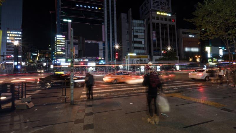 Взгляд ночи городского транспорта в Сеуле, Южной Корее стоковые изображения