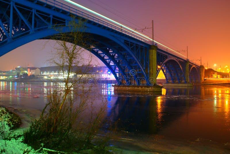 Взгляд ночи голубого железнодорожного моста в Мариборе в зиме стоковое фото rf