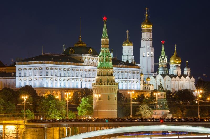 Взгляд ночи грандиозного дворца Кремля в Москве Кремле стоковые фотографии rf