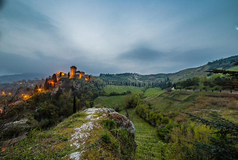 Взгляд ночи замка на холмистой сельской местности стоковые изображения rf