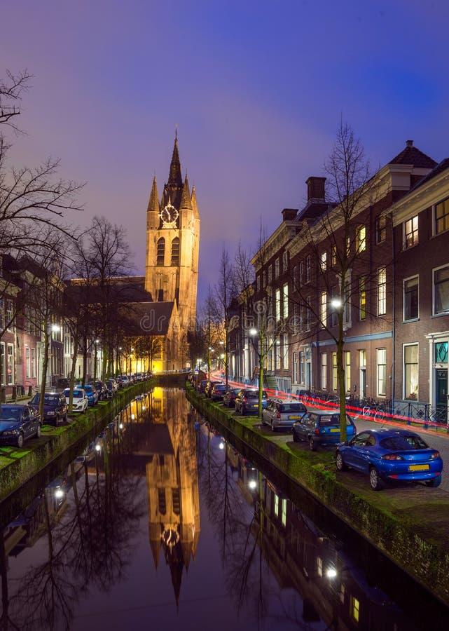 Взгляд ночи исторического центра города Делфта, Нидерландов стоковое изображение rf