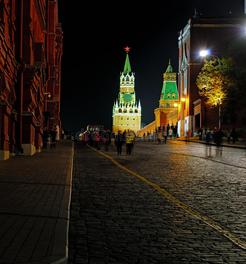 Взгляд ночи красной площади и Spasskaya возвышаются стоковые фото