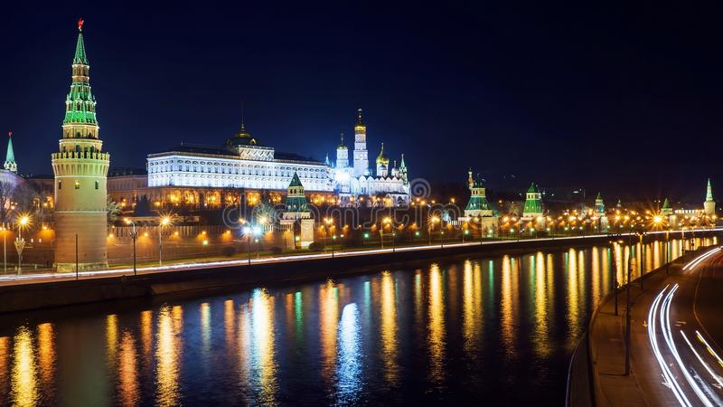 Взгляд ночи Москвы Кремля, России стоковые фото