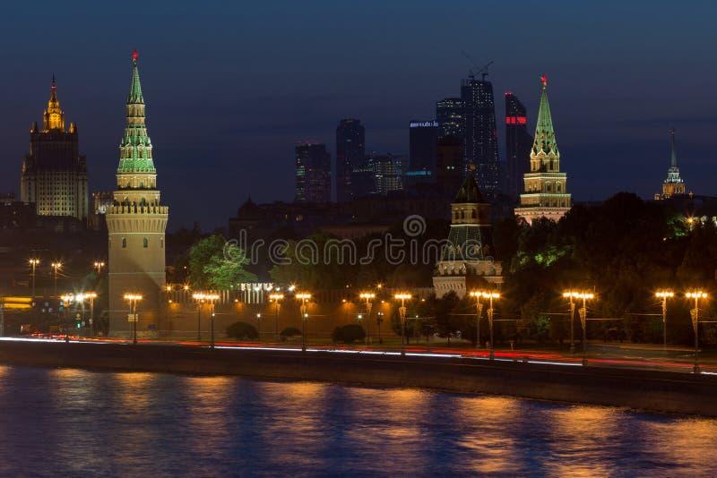 Взгляд ночи на замке Кремля в Москве, России стоковая фотография