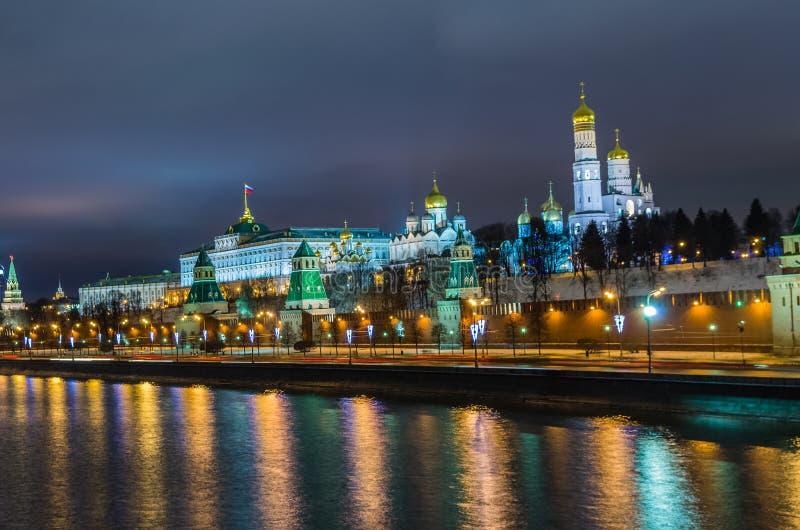 Взгляд ночи на замке Кремля в Москве стоковое фото rf