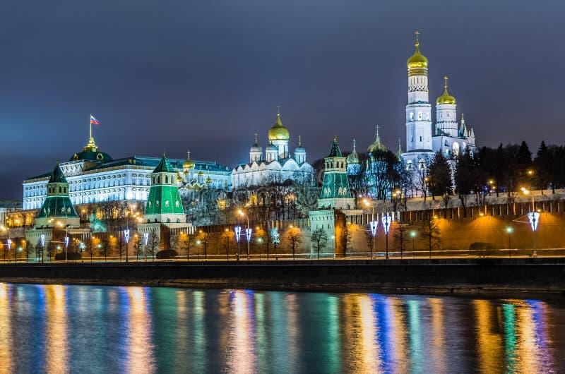Взгляд ночи на замке Кремля в Москве стоковые изображения rf