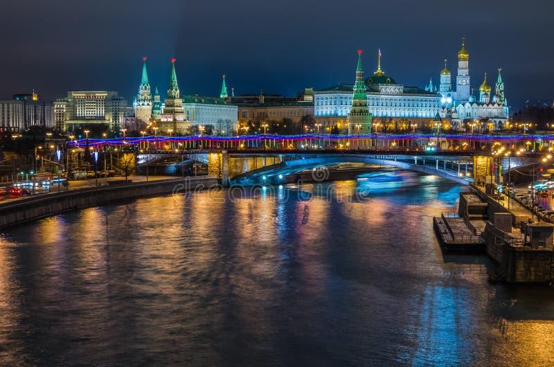 Взгляд ночи на замке Кремля в Москве стоковое фото