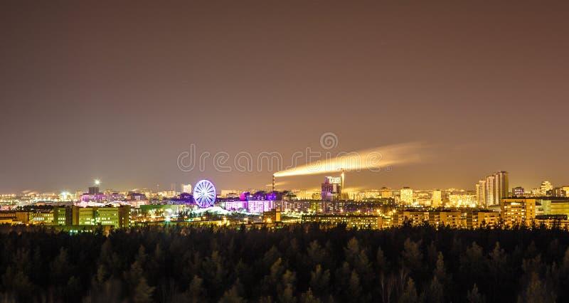 Взгляд ночи над зданиями города стоковая фотография
