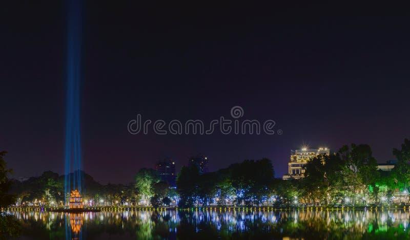 Взгляд ночи озера озер Hoan Kiem возвращенной шпаги стоковое изображение