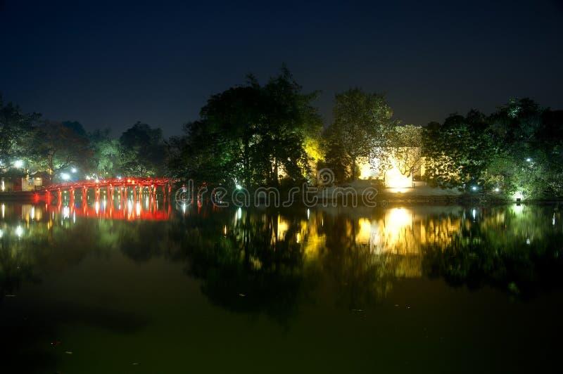 Взгляд ночи озера Hoan Kiem стоковая фотография rf