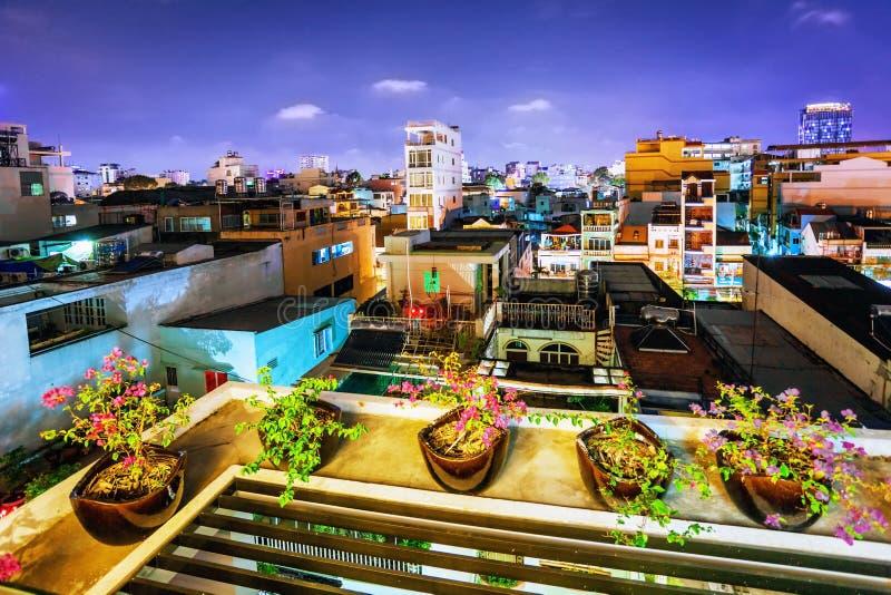 Взгляд ночи одного из самых старых районов в Хо Ши Мин Cit стоковые фото