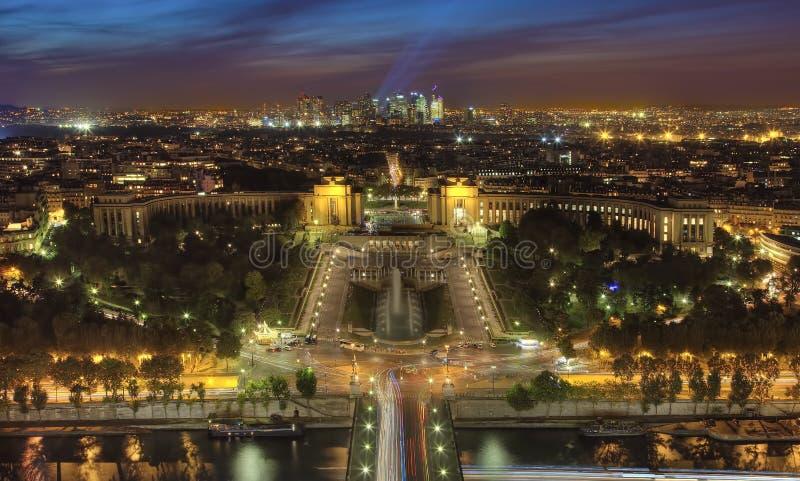Взгляд ночи Парижа от Эйфелева башни стоковое изображение