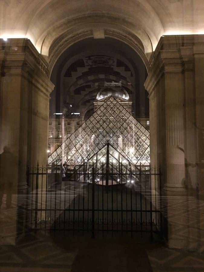 Взгляд ночи пирамиды изнутри музея, Парижа жалюзи, Франции стоковое изображение rf
