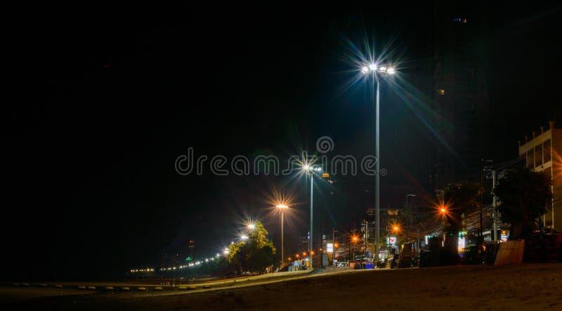 Взгляд ночи пляжа Jomtien на городе Паттайя, Таиланде стоковое изображение rf