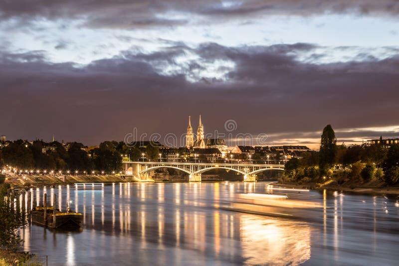 Взгляд ночи Рейна с монастырской церковью Базеля стоковая фотография