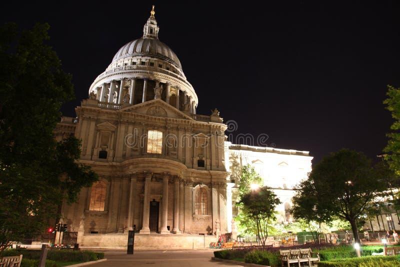 Взгляд ночи собора St Paul в Лондоне, Великобритании стоковая фотография