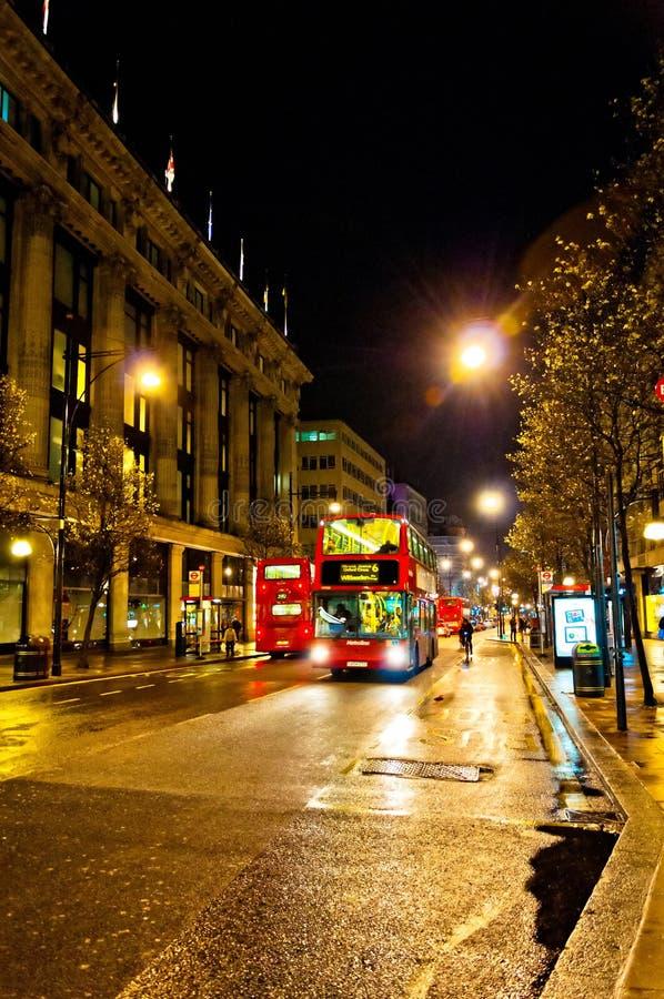 Взгляд ночи улицы Оксфорда в Лондоне, Великобритании стоковые фото