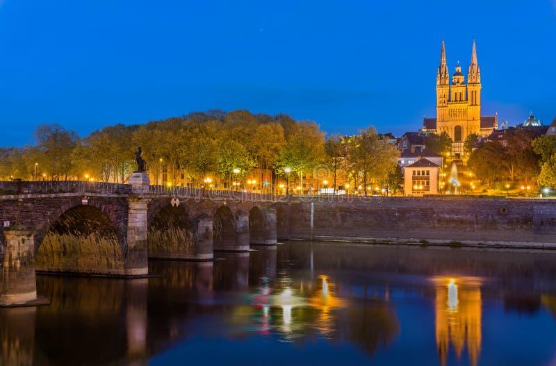 Взгляд ночи Angers с собором моста Вердена и Мориса Святого - Францией стоковая фотография