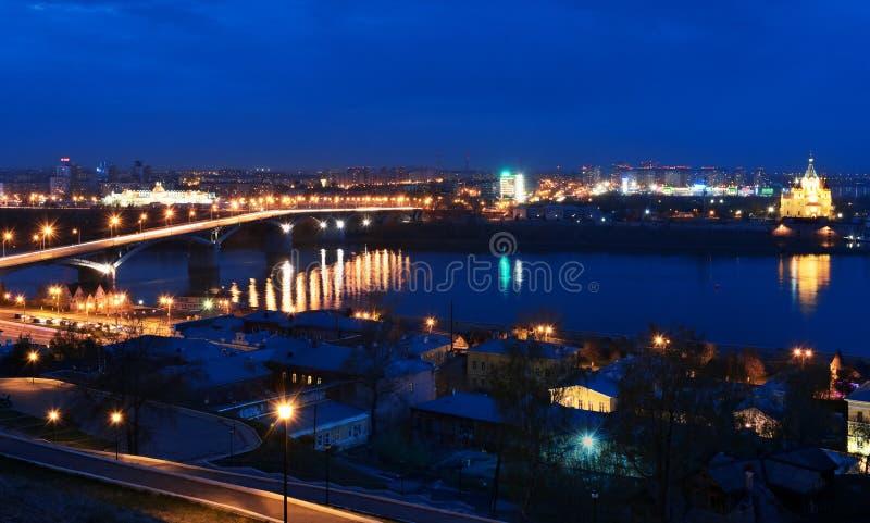 Взгляд ночи Nizhny Novgorod Мост и Александр Kanavinskiy стоковое фото rf