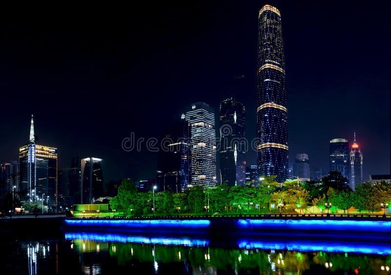 Взгляд ночи Pearl River и современных зданий на Zhujia стоковое фото
