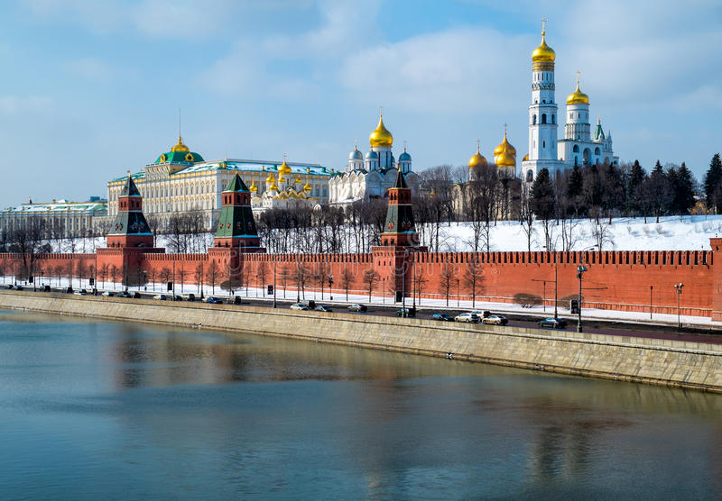 Взгляд дня близкий поднимающий вверх Кремля в Москве стоковое изображение rf
