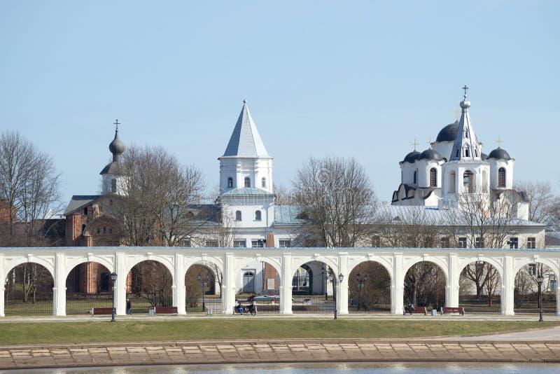 Взгляд дня в апреле двора Yaroslav novgorod церков аукциона предположения veliky стоковые фотографии rf