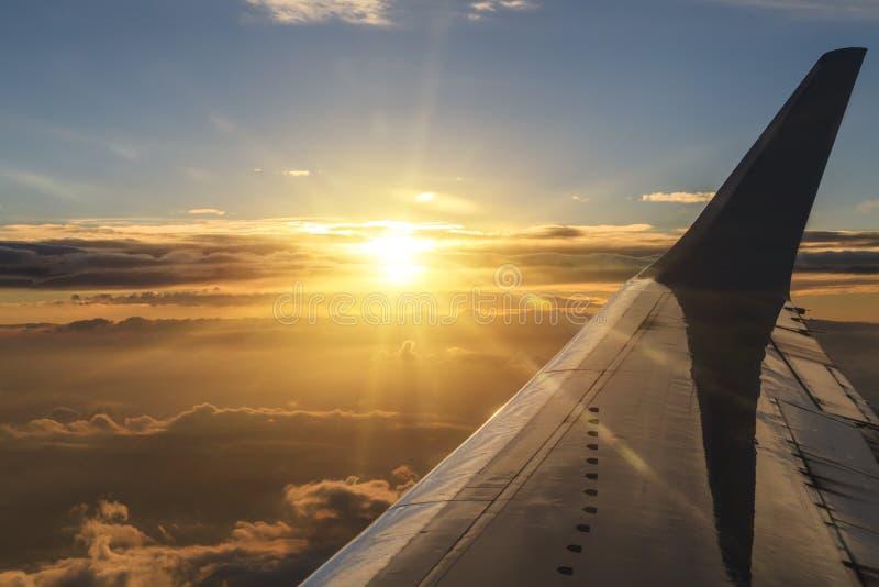 Взгляд облаков и крыла самолета стоковые фотографии rf