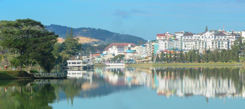 Взгляд озера города Dalat и Xuan Huong стоковое фото