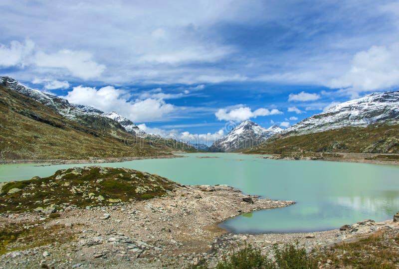 Взгляд озера и долины в швейцарце Alpes стоковые изображения rf