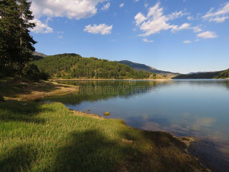 взгляд озера Aoos, Epirus Греции стоковые фотографии rf