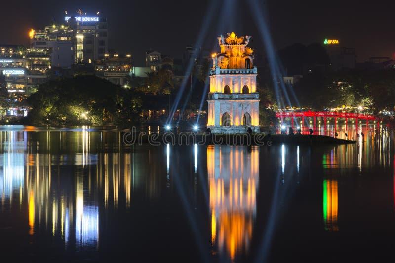 Взгляд озера Hoan Kiem и черепаха возвышаются Ноча Ханой, Вьетнам стоковые фото