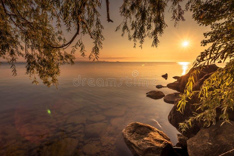 Взгляд озера Simcoe во время восхода солнца стоковые изображения