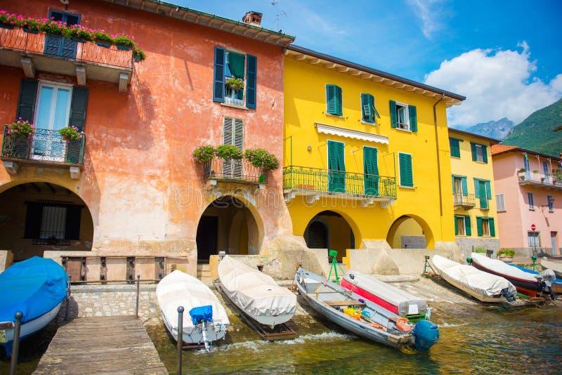 Взгляд дока и красочных зданий Озеро Como стоковая фотография rf