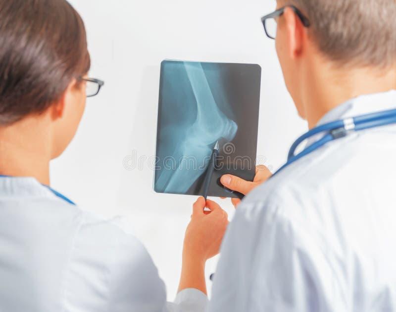 Взгляд 2 докторов на изображении рентгеновского снимка стоковые фотографии rf