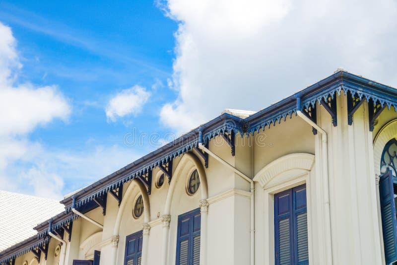 Взгляд дома и неба стоковая фотография