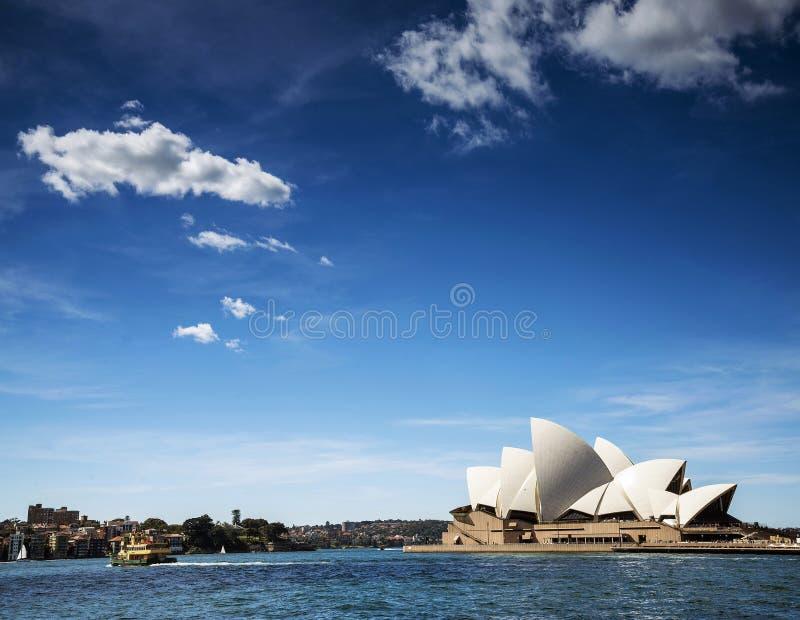 Взгляд оперного театра ориентир ориентира Сиднея в Австралии на солнечный день стоковое изображение rf