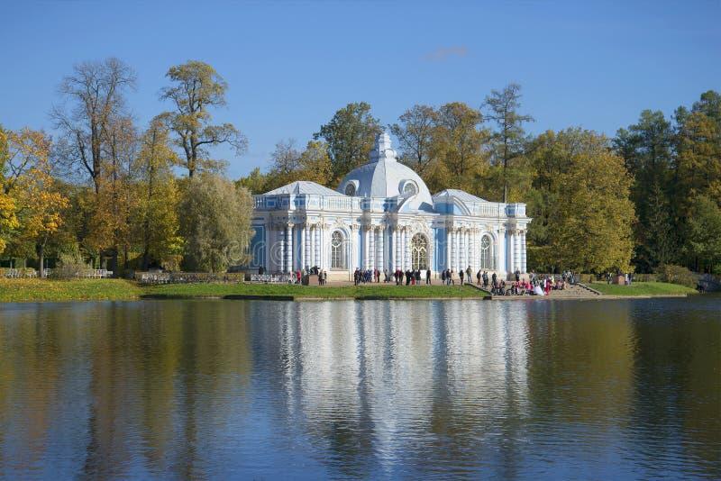 Взгляд осени грота павильона золотой Парк Катрина Tsarskoye Selo стоковое фото rf