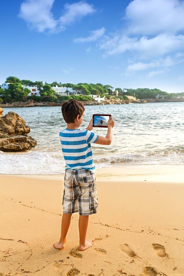 Взгляд острова моря путешественника молодого человека фотографируя стоковые изображения rf